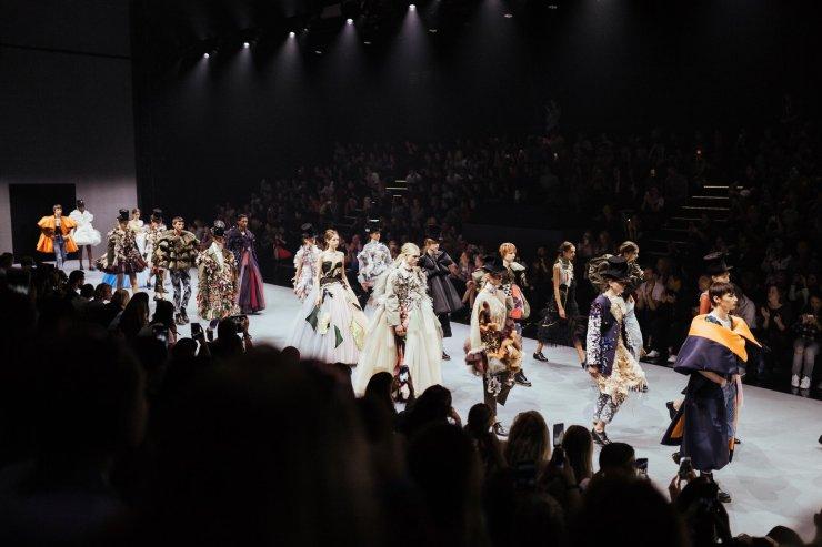 Viktor__Rolf_Fashion_Show_Samuel.2e16d0ba.fill-1676x1118_eCHFyWR